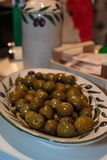 Innere der grünen Oliven verzierte Tonwaren Lizenzfreie Stockfotografie