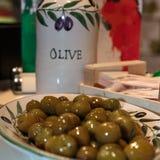 Innere der grünen Oliven verzierte Tonwaren Stockbilder