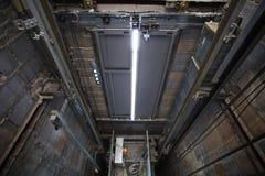 Innere des roping Aufzugs, Aufzugkasten, der im hohen Gebäude SH builting ist Lizenzfreies Stockbild