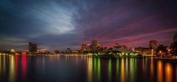 Innere Hafen-Skyline Baltimores - nächtlicher Himmel lizenzfreie stockfotos