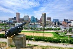 Innere Hafen-Skyline und Kanone Baltimores Maryland stockfotos