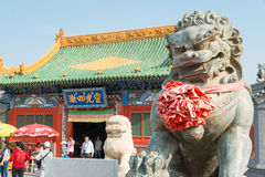 INNERE MONGOLEI, CHINA - 13. August 2015: Lion Statue bei Xilitu Zhao Stockbild