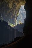 Innere Rotwild höhlen aus und heraus schauen, in Nationalpark Mulu, Borneo stockbild