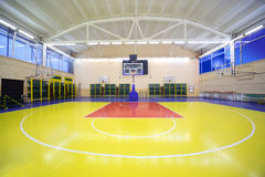 Innere Schulegymnastikhalle mit rot-gelbem Fußboden Lizenzfreies Stockbild