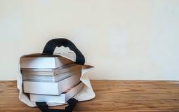 Innere Stofftasche der Bücher auf hölzerner Tabelle lizenzfreies stockfoto
