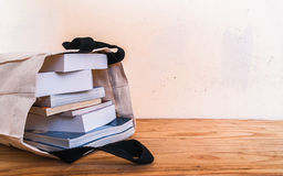 Innere Stofftasche der Bücher auf hölzerner Tabelle stockfotos