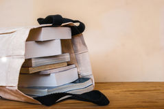 Innere Stofftasche der Bücher auf hölzerner Tabelle stockbild