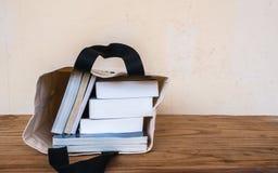 Innere Stofftasche der Bücher auf Holztisch lizenzfreies stockbild