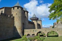 Innere Wandtürme und Brücke des Zitierunges in Carcassonne Lizenzfreie Stockfotos