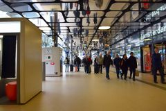 Innerer Blick des Amsterdam-Hauptbahnhofs Lizenzfreie Stockfotos