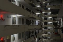 Innerer Gebäudekomplexblock mit hängender Kleidung und roten Lichtern stockfoto