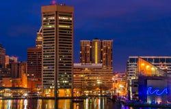Innerer Hafen und Skyline Baltimores während der Dämmerung vom Bundeshügel. Lizenzfreies Stockbild