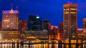 Innerer Hafen und Skyline Baltimores während der Dämmerung vom Bundeshügel. Stockbild