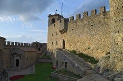 Innerer Hof der Festung von Guaita Stockfotografie