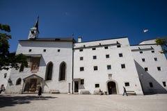 Innerer Hof der Hohensalzburg-Festung mit dem St. Georg Lizenzfreie Stockfotos