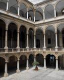Innerer Hof eines italienischen Palastes. Lizenzfreie Stockfotografie