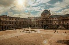 Innerer Hof mit Sonne am Louvre-Museum in Paris stockbild