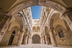 Innerer Hof in Sponza-Palast in Dubrovnik lizenzfreie stockfotografie