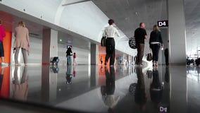 Innerer Raum der Leute Wartein neuem Anschluss D im internationalen Flughafen Borispol stock video