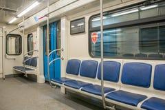 Innerer Raum des Zeitgenossen des Untergrundbahnwagens mit leeren Sitzen lizenzfreie stockfotografie