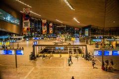 Innerer Rotterdam-Hauptbahnhof nachts lizenzfreie stockbilder