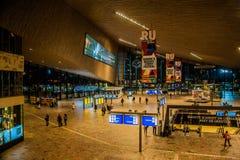 Innerer Rotterdam-Hauptbahnhof nachts lizenzfreies stockbild