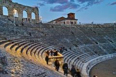 Inneres altes römisches Amphitheater an der Dämmerung Lizenzfreies Stockfoto