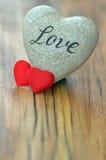 Inneres auf hölzernem Hintergrund Liebes- und Valentinsgrußtageskonzept Stockfotos