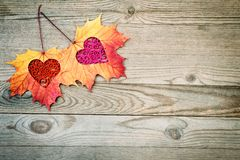 Inneres auf hölzernem Hintergrund Liebes- und Valentinsgrußtageskonzept Stockfoto