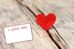 Inneres auf hölzernem Hintergrund Liebes- und Valentinsgrußtageskonzept Stockbild