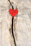 Inneres auf hölzernem Hintergrund Liebes- und Valentinsgrußtageskonzept Lizenzfreie Stockfotos