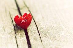 Inneres auf hölzernem Hintergrund Liebes- und Valentinsgrußtageskonzept Lizenzfreies Stockbild