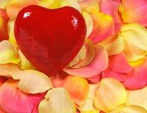 Inneres auf rosafarbenen Blumenblättern Stockfoto