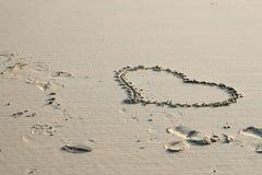 Inneres der Liebe gezeichnet in den Sand Lizenzfreies Stockfoto