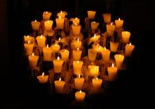 Inneres formte Kandelaber in Mexiko mit beleuchteten Kerzen Lizenzfreie Stockfotos