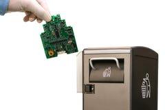 Inneres gebildet von den Kirschtomaten Die Person wirft das benutzte Teil des Computers in einen Behälter für weitere Beseitigung lizenzfreie stockbilder