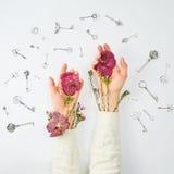 Inneres gebildet von den Kirschtomaten Hände mit Blumen und Schlüsseln Lizenzfreie Stockfotos