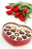 Inneres geformter Kasten Süßigkeit und Tulpen Stockbild