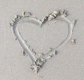Inneres gezeichnet in den Sand Kamm-MuschelSeashell auf Rosa Beschneidungspfad eingeschlossen stockfotos