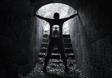 Inneres Konzept der Unendlichkeit Welt, junger Mann im Tunnel Stockbild