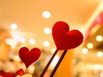 Inneres Rote Herzen in unscharfem Weinlesehintergrund Liebe, Valentinsgrußkonzept Stockfotos