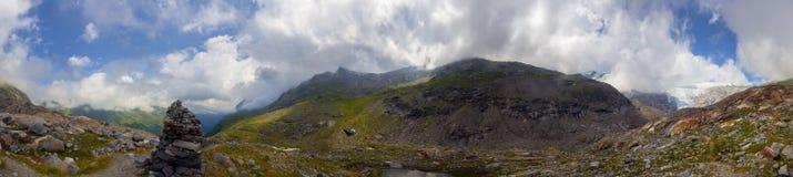 Innergschloess glaciärslinga i fjällängarna Arkivbild