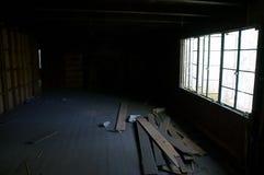 Innerhalb der Dunkelheit verlassenes Haus Stockfotos