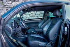 Innerhalb der linken Seitenansicht des Autos öffnete sich Fahrertür, schnelles Auto des Coupésports, klassischer europäischer deu Lizenzfreies Stockbild