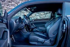 Innerhalb der linken Seitenansicht des Autos öffnete sich Fahrertür, schnelles Auto des Coupésports, klassischer europäischer deu Lizenzfreies Stockfoto
