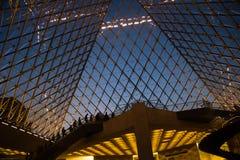 Innerhalb der Luftschlitz-Pyramide an der Dämmerung lizenzfreie stockfotos