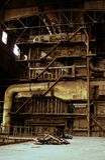 Innerhalb der verlassenen alten rostigen Industrieanlage Lizenzfreie Stockfotos