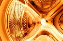Innerhalb der Waschmaschine - goldene Reinigung Stockbilder