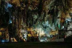 Innerhalb des Cuevas Des Nerja - Höhlen von Nerja in Spanien Stalaktiten und Stalagmite in den berühmten Nerja-Höhlen Lizenzfreie Stockfotografie