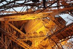 Innerhalb des Eiffelturms Paris Stockfoto